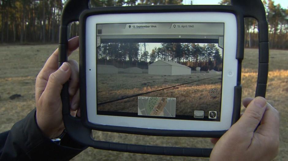 In Bergen-Belsen können Besucher die ehemaligen Gebäude des Konzentrationslagers virtuell in die Landschaft projizieren. (Foto: Future Memory Foundation)